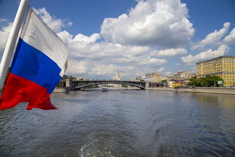 Флаг России и река и обваловки Moskva взгляд от туристского прогулочного катера r стоковая фотография rf