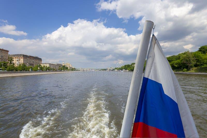 Флаг России и река и обваловки Moskva взгляд от туристского прогулочного катера r стоковое фото