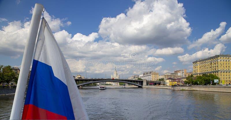 Флаг России и река и обваловки Moskva взгляд от туристского прогулочного катера r стоковое изображение