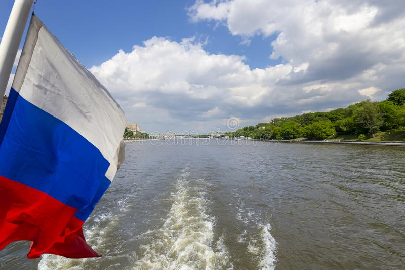 Флаг России и река и обваловки Moskva взгляд от туристского прогулочного катера r стоковое фото rf