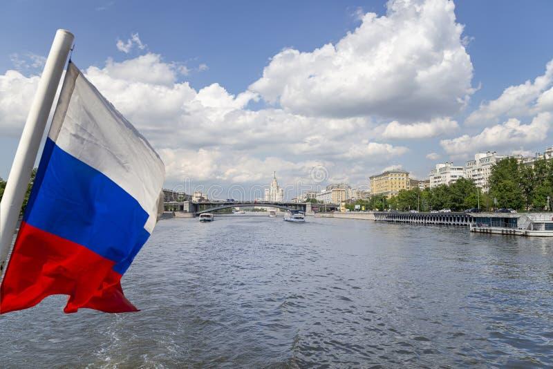 Флаг России и река и обваловки Moskva взгляд от туристского прогулочного катера r стоковое изображение rf