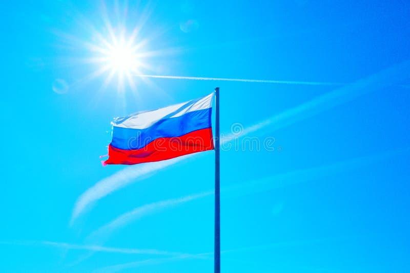 Флаг России и солнце на заднем плане стоковые фото