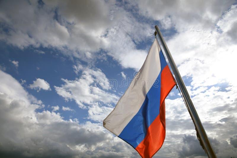 Флаг России на голубом небе с предпосылкой облаков стоковое изображение