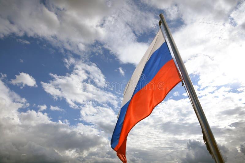 Флаг России на голубом небе с предпосылкой облаков стоковая фотография rf