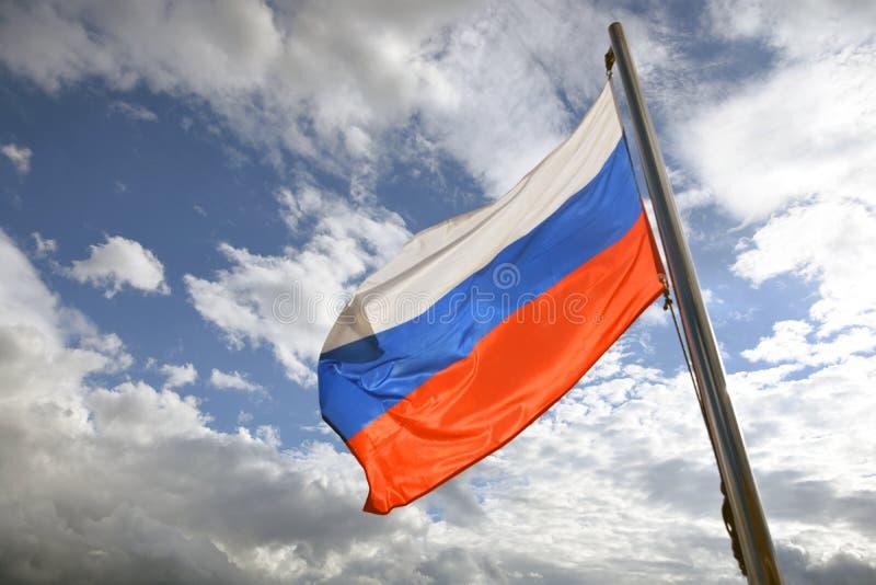 Флаг России на голубом небе с предпосылкой облаков стоковые фотографии rf