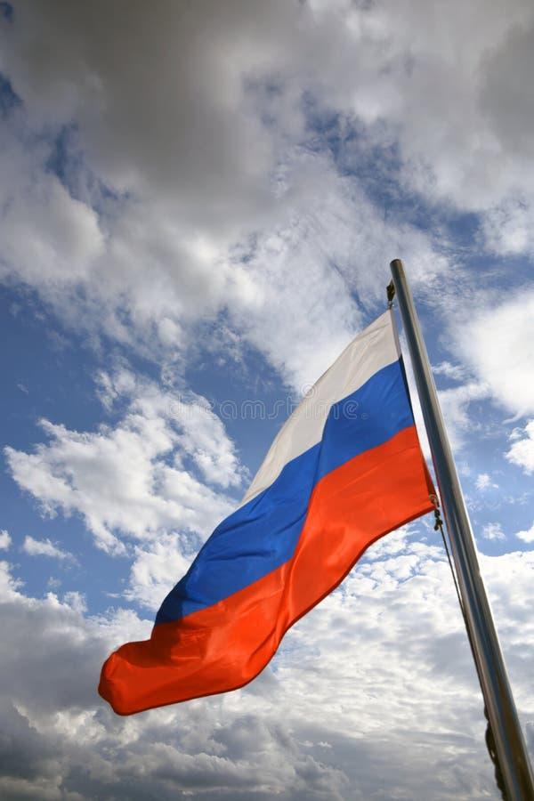Флаг России на голубом небе с предпосылкой облаков стоковое фото