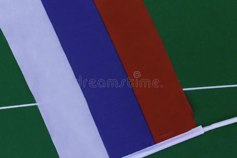 Флаг России на зеленом поле в стадионе футбол 3 конструкции знамен предпосылки вы стоковое фото