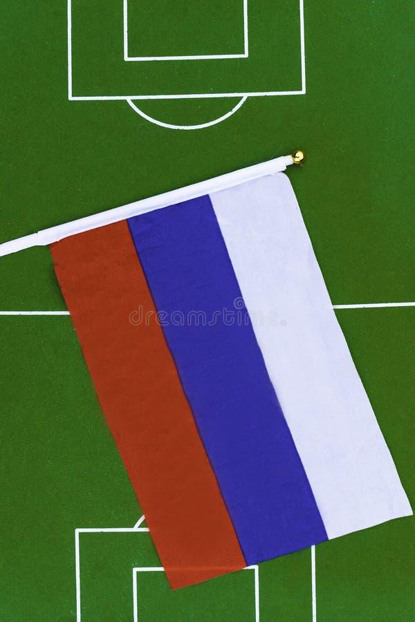 Флаг России на зеленом поле в стадионе футбол 3 конструкции знамен предпосылки вы стоковое фото rf