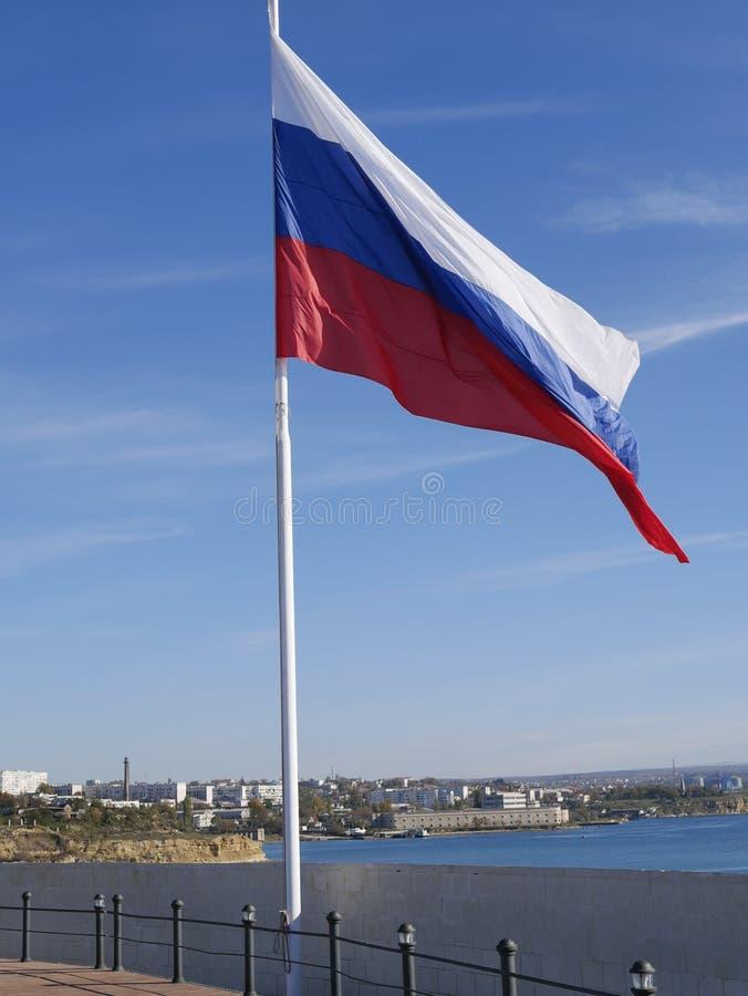 Флаг России на предпосылке голубого неба стоковая фотография