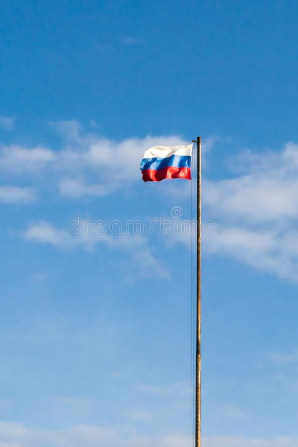 Флаг России на фоне неба стоковое фото