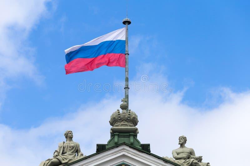 Флаг России на шпиле здания стоковая фотография rf