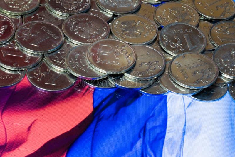 Флаг России отражен в сломленном зеркале стоковые изображения rf