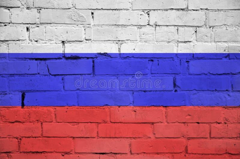 Флаг России покрашен на старую кирпичную стену стоковая фотография