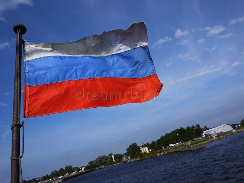 Флаг России порхает в ветре Флаг установил на корабль и превращается от ветра стоковые изображения rf