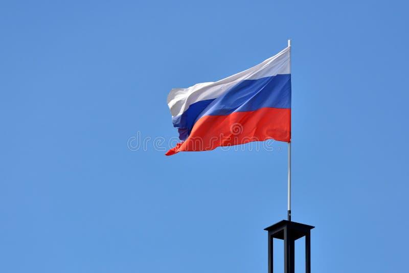 Флаг России против голубого неба с ветром стоковые фотографии rf