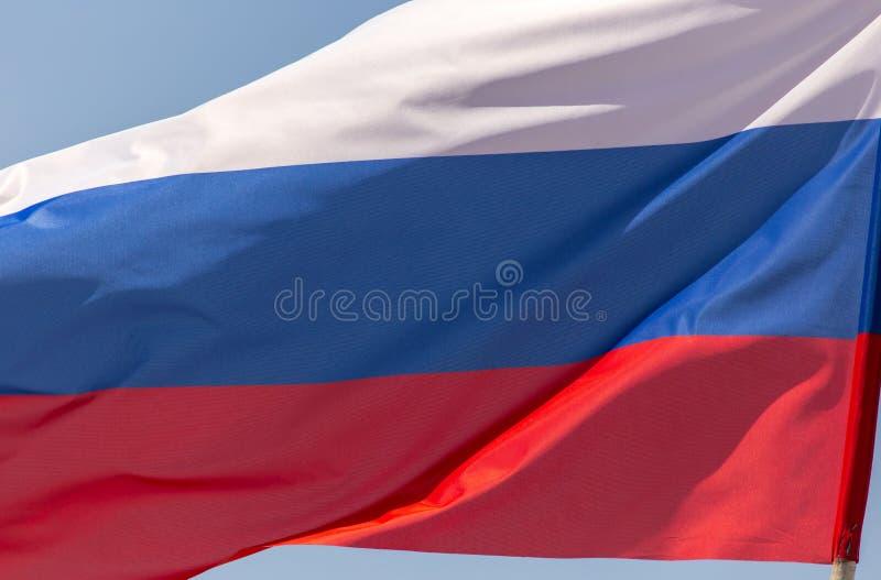 Флаг России против голубого неба стоковое фото rf