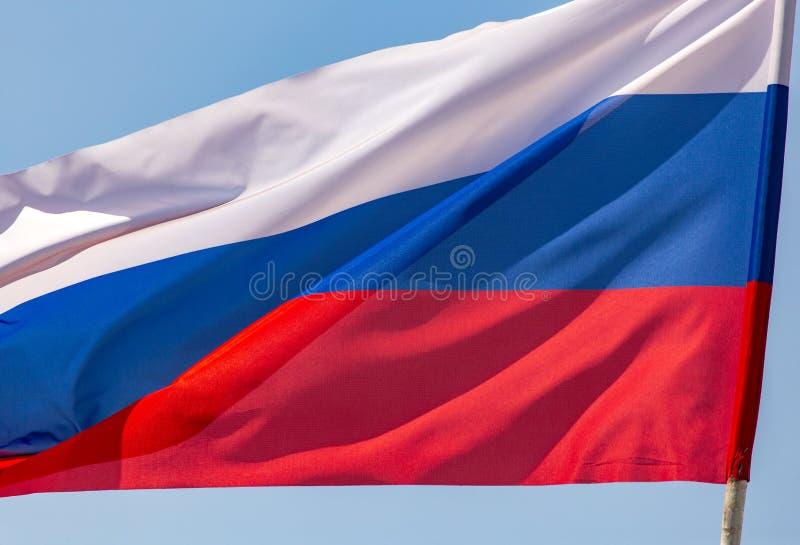 Флаг России против голубого неба стоковые фотографии rf