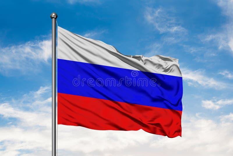 Флаг России развевая в ветре против белого пасмурного голубого неба Русский флаг стоковые изображения