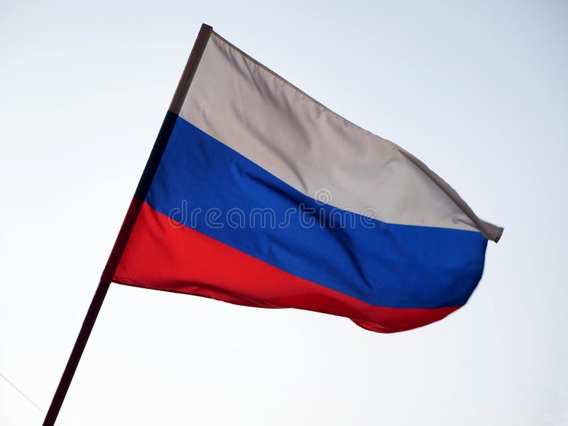 Флаг России развевая в ветре против неба стоковые изображения rf