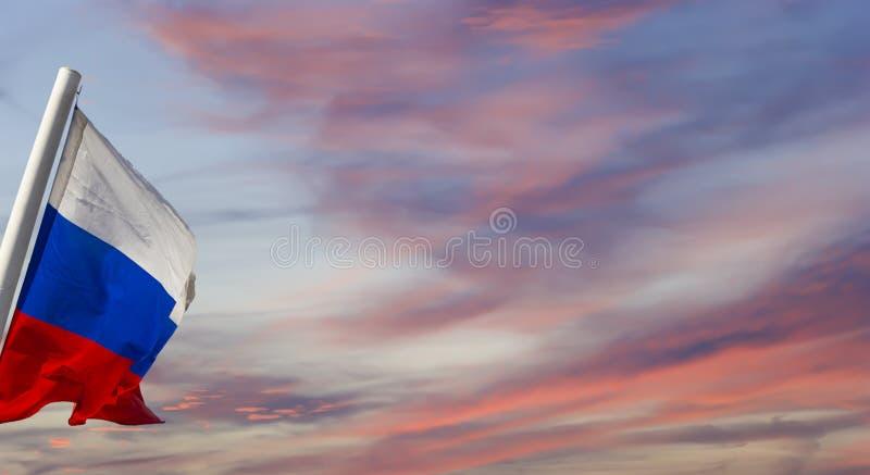 Флаг России развевая в ветре против неба 3 цвета русского волнистого флага как патриотический символ стоковая фотография rf