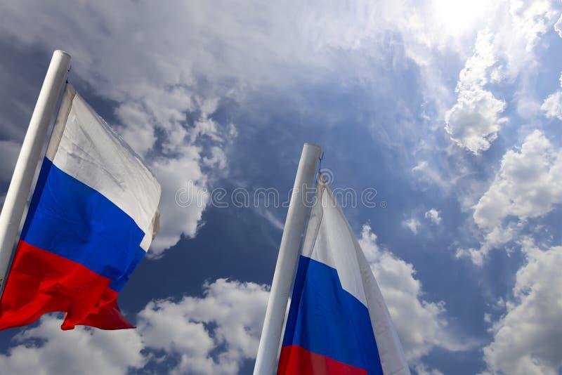 Флаг России развевая в ветре против неба 3 цвета русского волнистого флага как патриотический символ стоковые изображения rf
