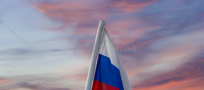 Флаг России развевая в ветре против неба 3 цвета русского волнистого флага как патриотический символ стоковые фотографии rf