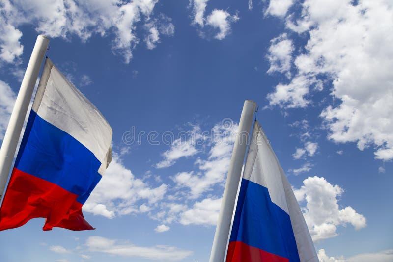 Флаг России развевая в ветре против неба 3 цвета русского волнистого флага как патриотический символ стоковая фотография