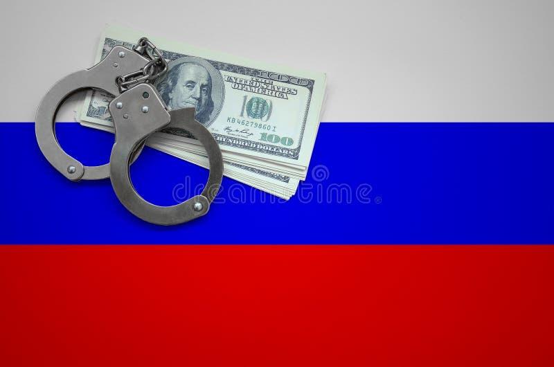 Флаг России с наручниками и пачка долларов Концепция ломать закон и злодеяния похитителей стоковые изображения