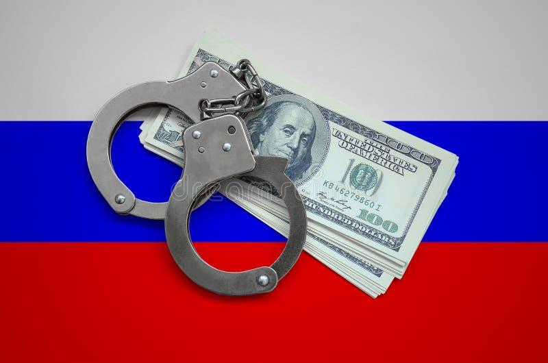 Флаг России с наручниками и пачка долларов Коррупция валюты в стране финансовые злодеяния стоковое изображение rf
