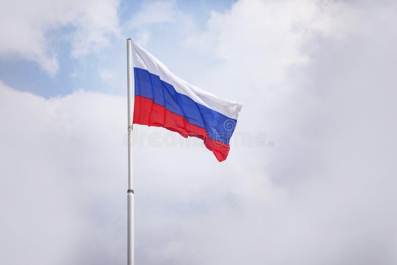 флаг Россия Tricolor: белые, голубые и красные нашивки стоковые изображения