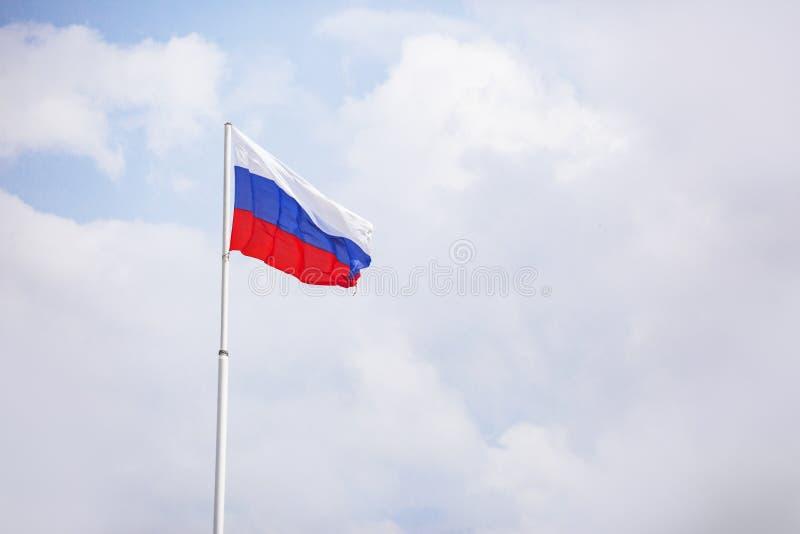 флаг Россия Tricolor: белые, голубые и красные нашивки стоковое фото