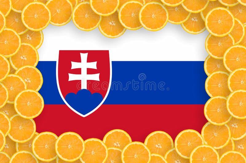 Флаг Словакии в свежей рамке кусков цитрусовых фруктов иллюстрация штока