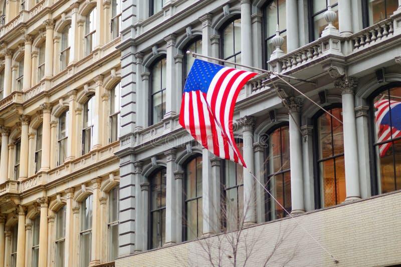 Флаг Соединенных Штатов на skyscrapper в Нью-Йорке стоковое изображение