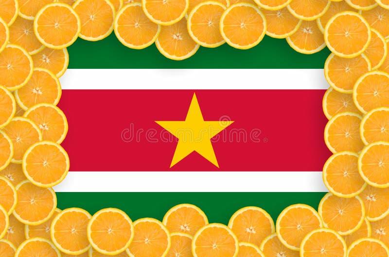Флаг Суринама в свежей рамке кусков цитрусовых фруктов иллюстрация вектора