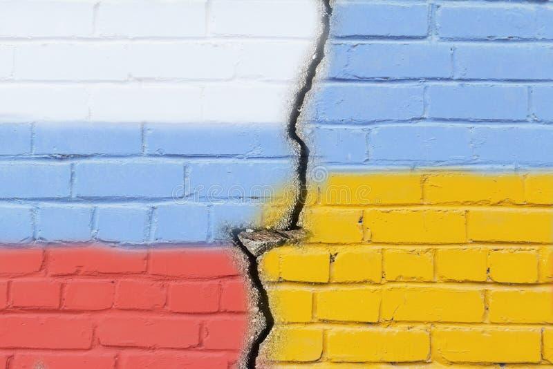 Флаг Украины и России на стене grunge стоковое фото