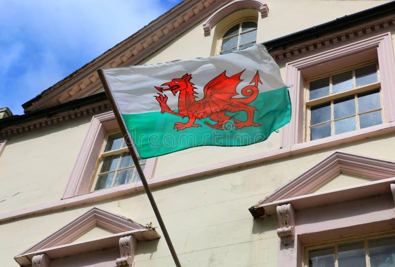 Флаг Уэльса на здании в городке Caernarfon, Великобритании стоковое фото rf