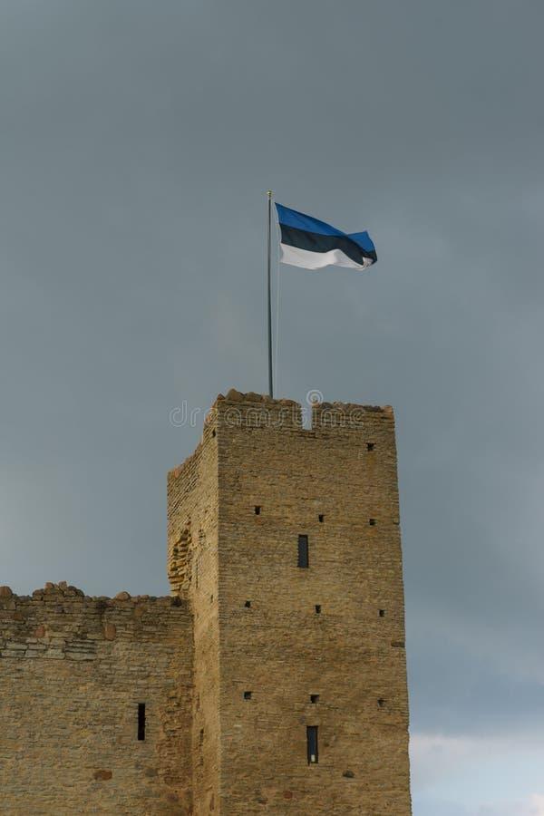 Флаг Эстонии на верхней части замка Rakvere, Эстонии стоковые изображения rf