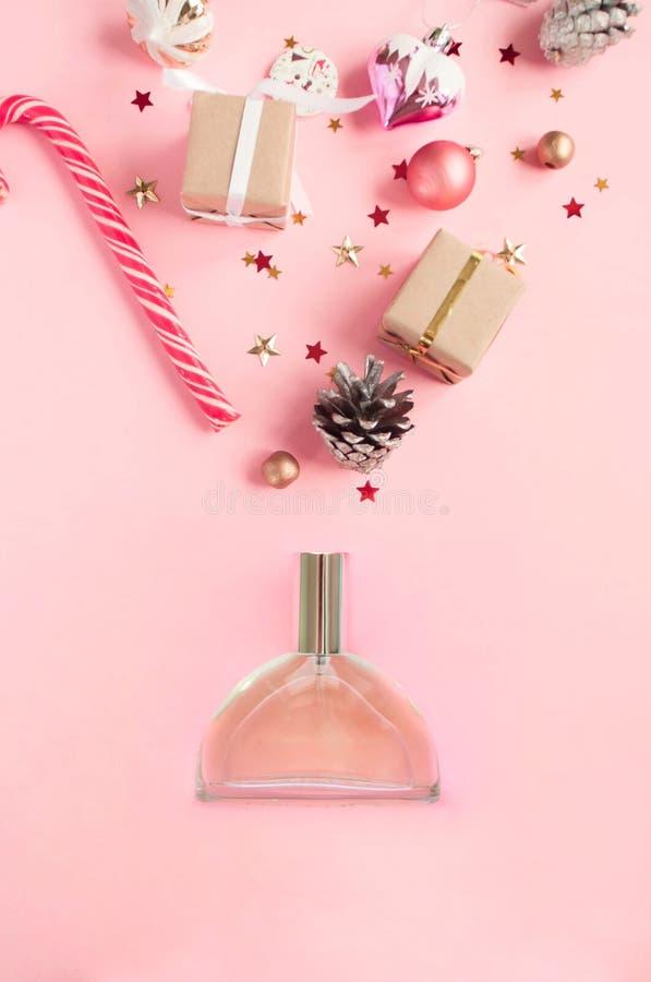 Флакон духов на розовой предпосылке Плоское положение стоковые фотографии rf