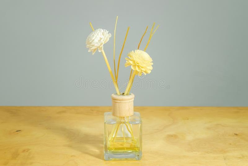 Флакон духов цветка на предпосылке таблицы стоковые фото