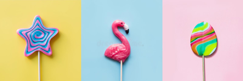 Фламинго конфеты 3 красочный помадок леденцов на палочке, звезда, яйцо на пастели Смешная концепция r стоковые фотографии rf