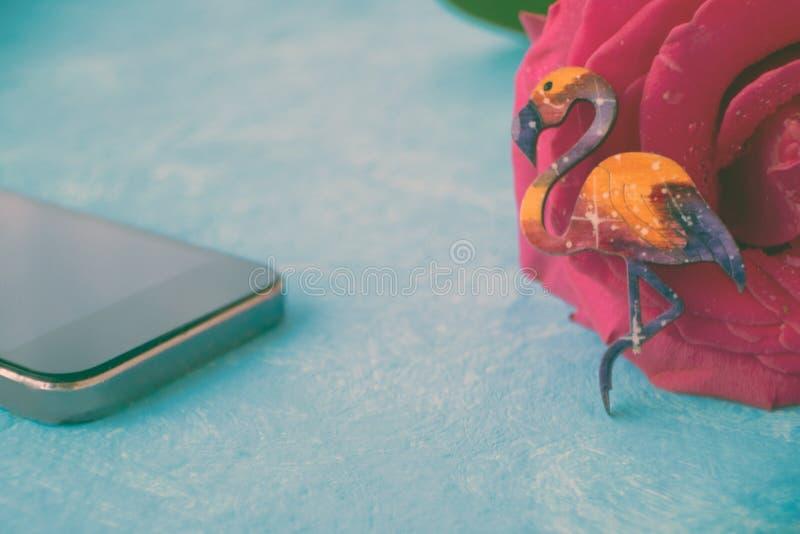 Фламинго, сотовый телефон и роза Онлайн датировать, датируя обслуживание стоковые изображения rf