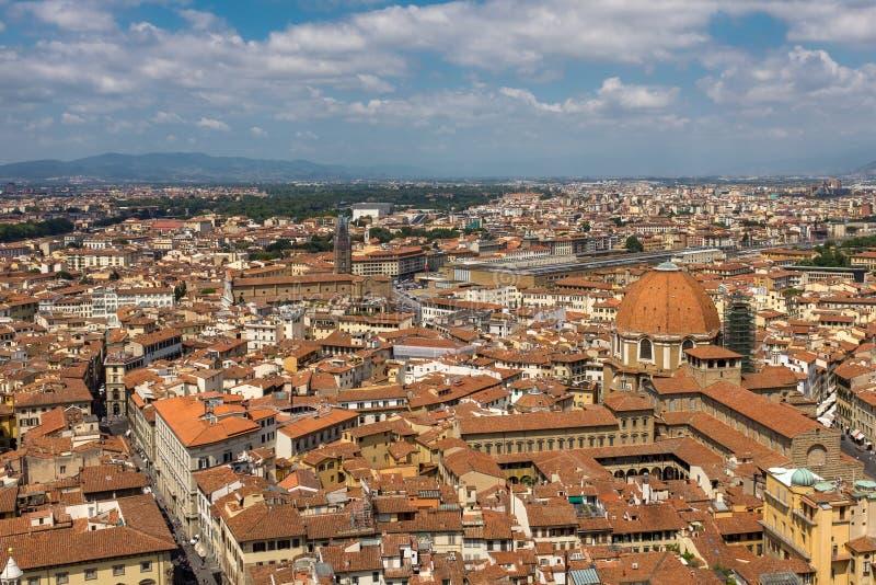 Флоренс, Италия, 28-ое июля 2017: Широкий взгляд горизонта и крыш Флоренс от вершины колокола Giotto стоковая фотография rf