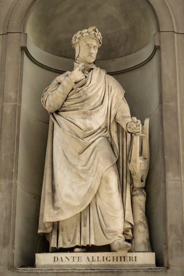 Флоренс, Италия - 23-ье апреля 2018: Статуя Dante Allighieri на галерее Uffizi стоковые изображения