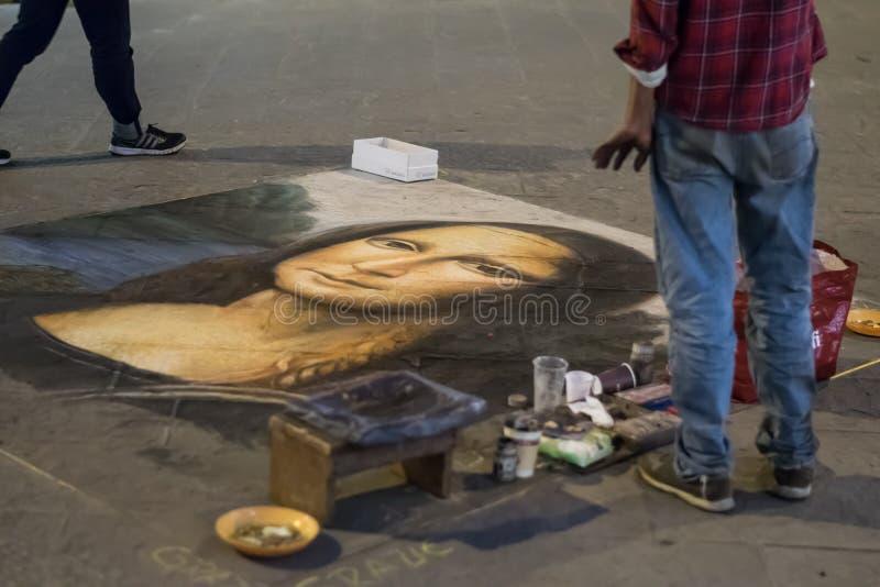 Флоренс, Италия - 23-ье апреля 2018: художник улицы рисует воспроизводство Mona Лизы Леонардо Да Винчи на том основании стоковое изображение