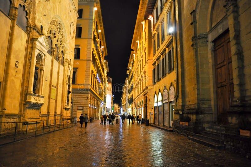 ФЛОРЕНЦИЯ 10-ОЕ НОЯБРЯ: Через dei Calzaiuoli на ноче на 10,2010 -го ноября в Флоренсе, Италия. стоковые изображения rf
