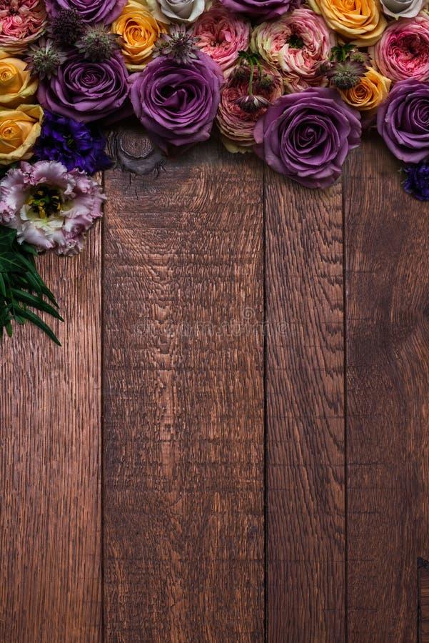 Флористическая граница на деревенской деревянной вертикали стоковая фотография rf
