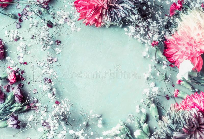 Флористическая предпосылка рамки с романтичными цветками на свете - сини с пинком стоковое фото