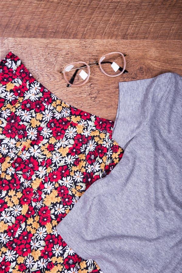 Флористические юбка, рубашка и аксессуары стоковое фото