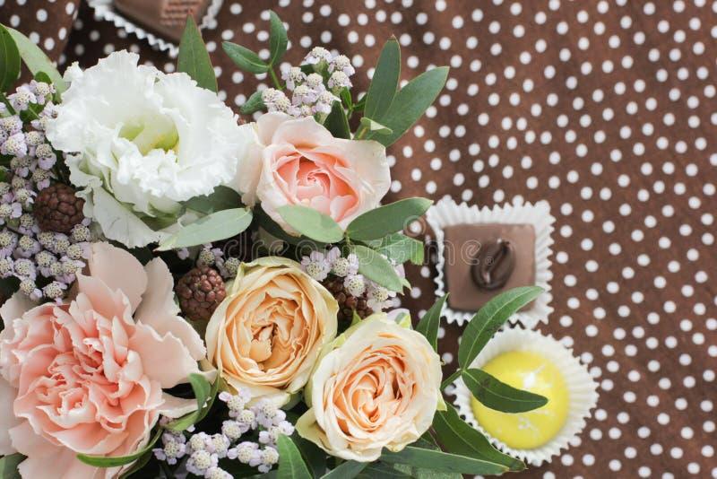 Флористический букет и конфета на заднем плане стоковые изображения rf