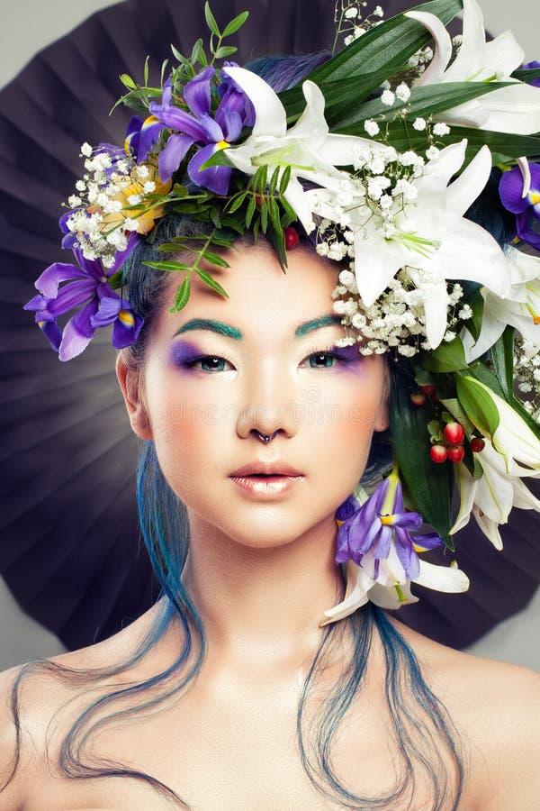 Флористический портрет красивой модельной женщины стоковая фотография rf